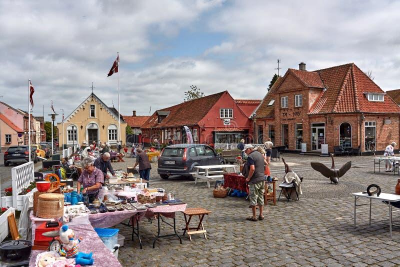 丹麦阿基尔凯比 — 2019年6月27日:在城市市场买卖商品的当地人 库存照片