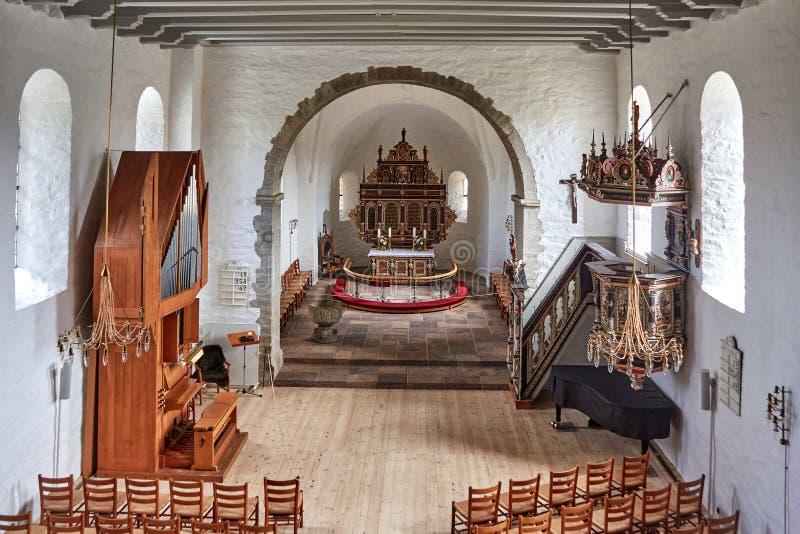 丹麦阿基尔凯比 — 2019年6月27日:12世纪的阿教堂(Aa Kirke) 库存图片