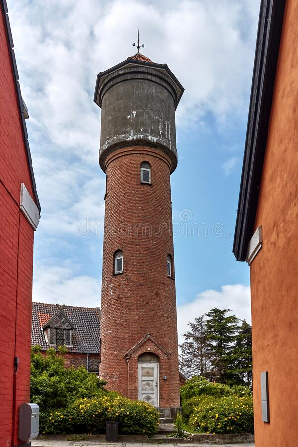 丹麦阿基尔凯比 — 2019年6月27日:Aakirkeby Vandtarn - Aakirkeby水塔 免版税库存照片