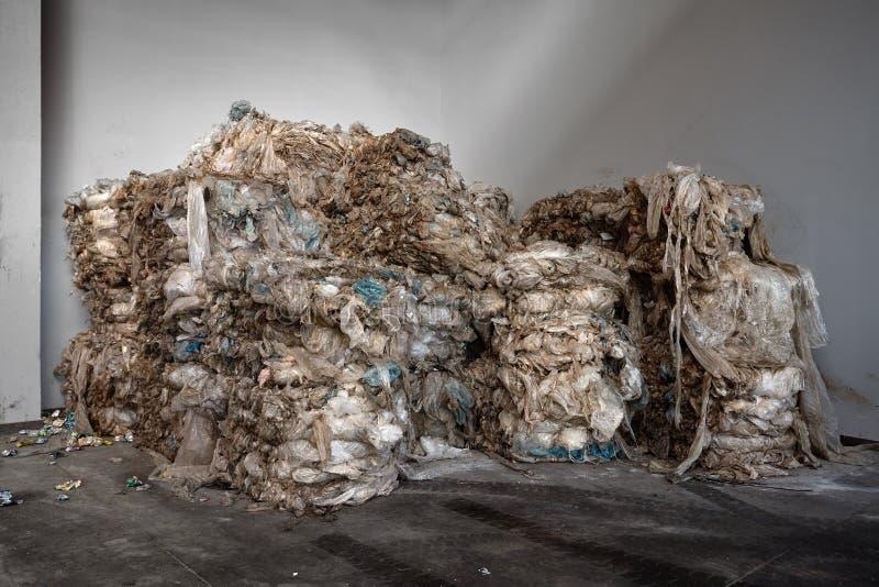 为一棵现代回收废物植物的进一步处理车间包装的被压缩的大包使用的聚乙烯有拷贝空间的 图库摄影