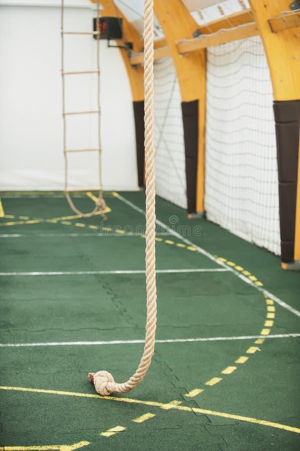 为上升系住在体育学校健身房大厅里 库存照片