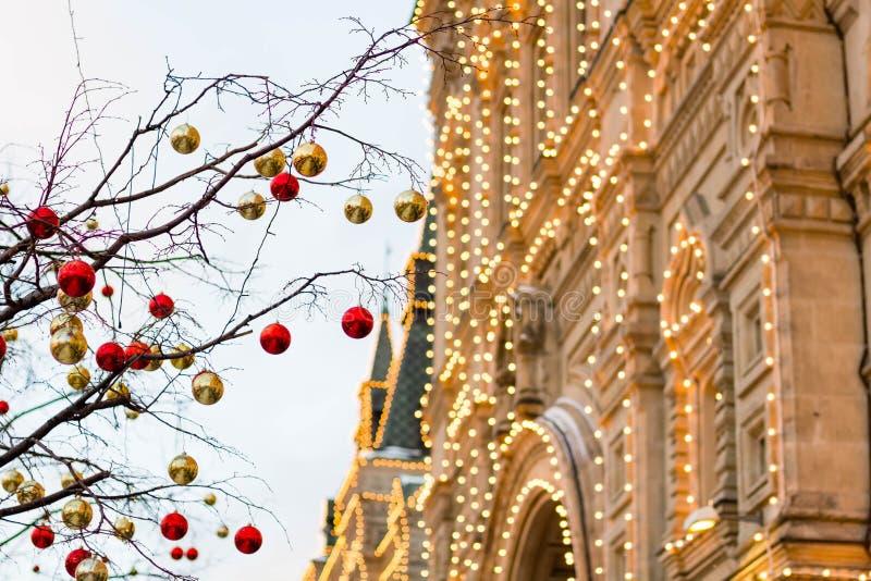 为与红色和金球的圣诞节充分地装饰的街道 圣诞树在城市 议院照亮与很多光 免版税库存照片