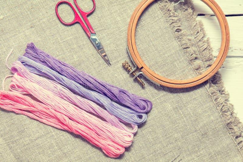 为与螺纹紫罗兰颜色的刺绣设置 免版税库存图片