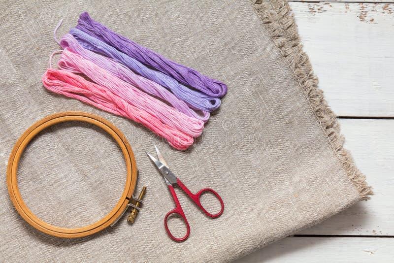 为与螺纹紫罗兰颜色的刺绣设置 免版税库存照片