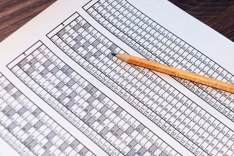 为与说谎对此的铅笔的检查形成 测试 选择聚焦 免版税图库摄影