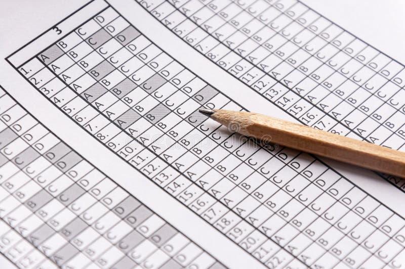 为与说谎对此的铅笔的检查形成 测试 选择聚焦 免版税库存照片