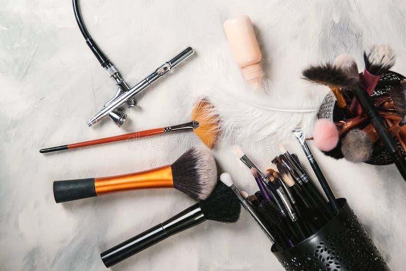 为专业化妆师构成刷子的构成工具 气刷和瓶子油漆 构成工具和辅助部件在具体gra 免版税库存照片