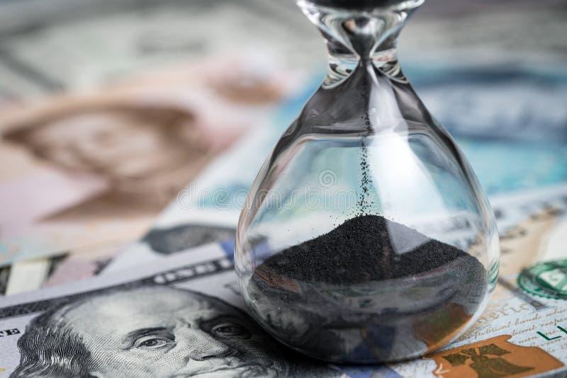 为世界金融危机概念, sandglass计时计数下来 免版税库存照片