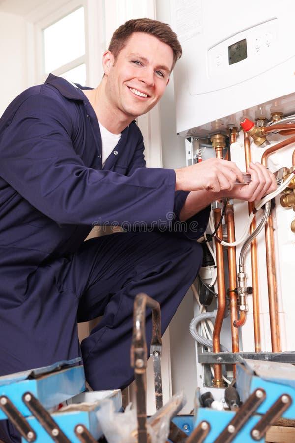 为中央系统暖气锅炉服务的工程师 免版税图库摄影