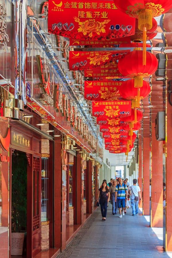 为中间秋天节日装饰的购物街道在中心 库存图片