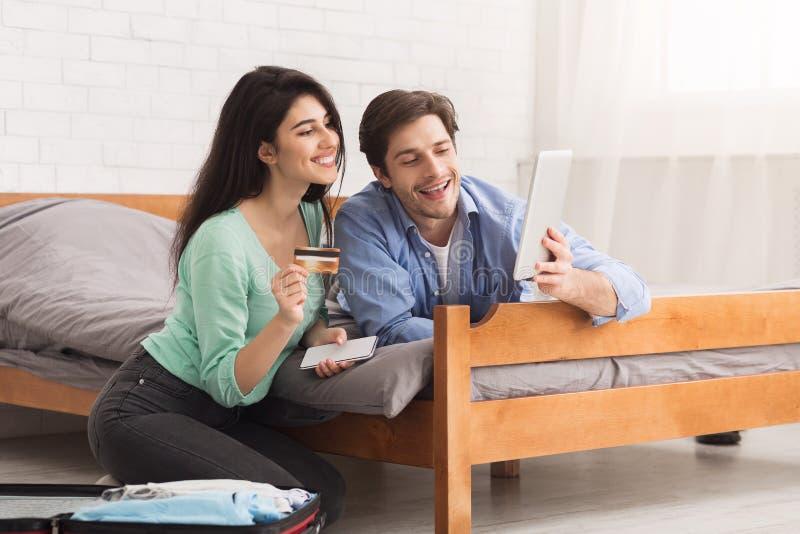 为假期做准备 愉快的夫妇预定的旅馆在网上 库存照片