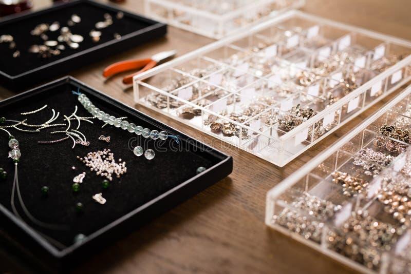 为做的首饰的工具,五颜六色的石小珠 Jewellry workpla 免版税库存图片