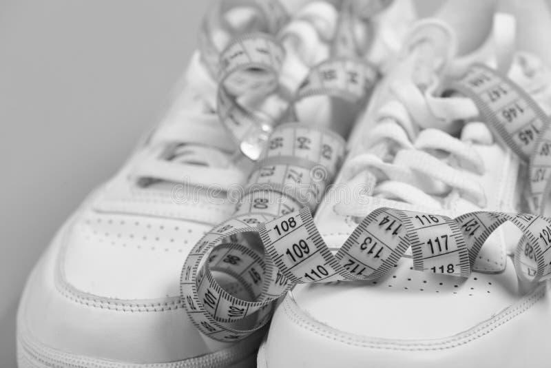 为健康概念跑的早晨 炫耀鞋子和厘米作为健身赛跑 库存图片