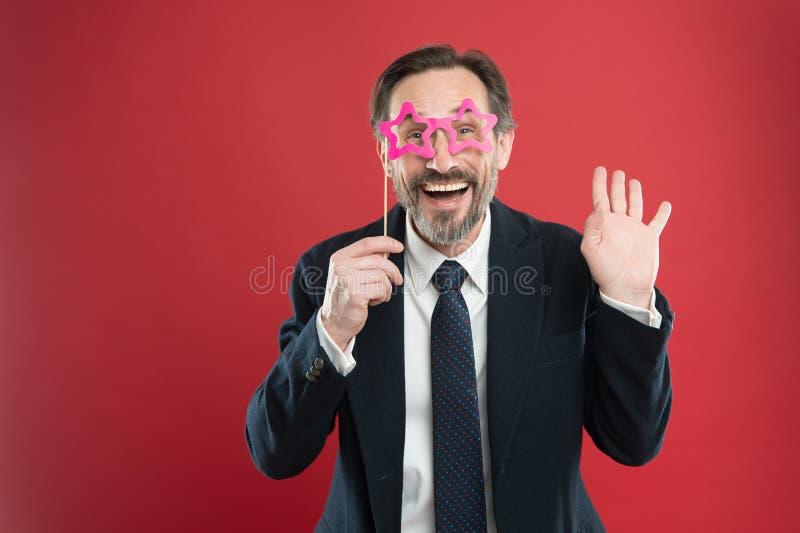 为公司党完善 英俊的成熟男服假玻璃辅助部件 在党photobooth的滑稽的商人 库存照片