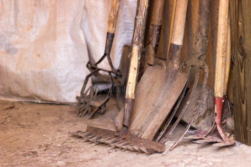 为农业的工具是土气车库、铁锹、犁耙和其他庭院项目 免版税图库摄影