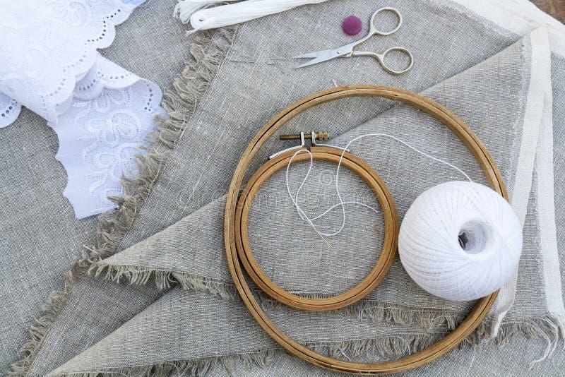 为刺绣、服装针、螺纹、剪刀和embroid设置 库存图片