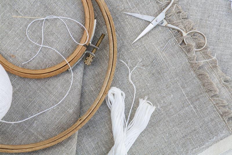 为刺绣、服装针、螺纹、剪刀和embroid设置 免版税库存图片