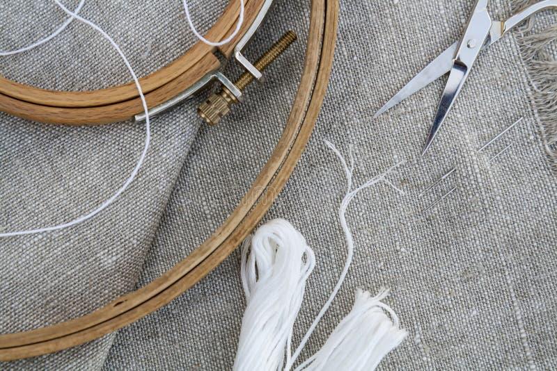 为刺绣、服装针、螺纹、剪刀和embroid设置 库存照片