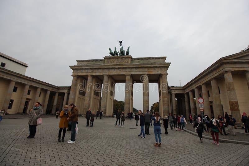 为历史的勃兰登堡门照相的访客 免版税库存照片