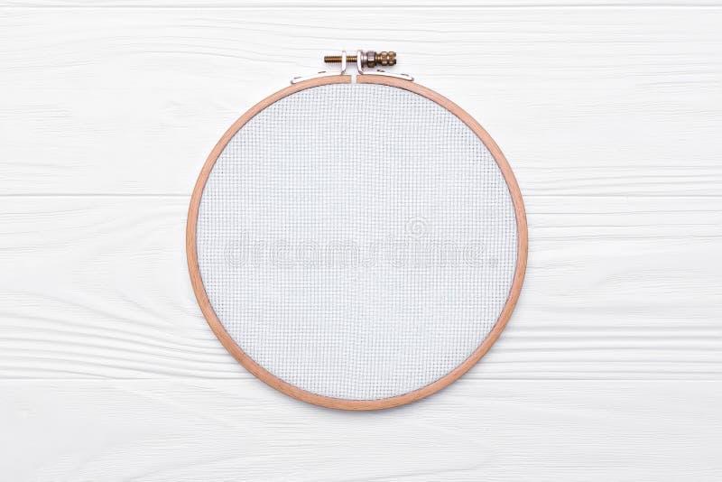 为发怒针的工具 刺绣的一个在白色的箍和帆布 图库摄影