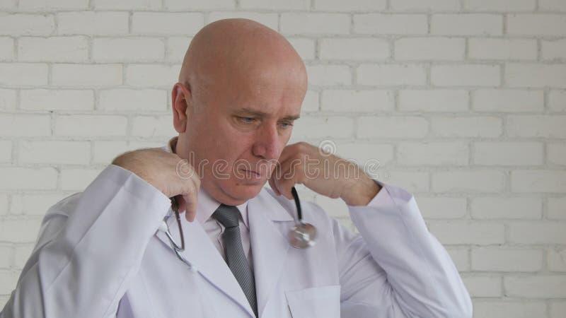 为启动工作程序医治Prepared把听诊器放在他的脖子上 免版税库存照片
