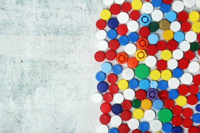 为回收收集的塑料瓶盖有拷贝空间背景 免版税库存照片