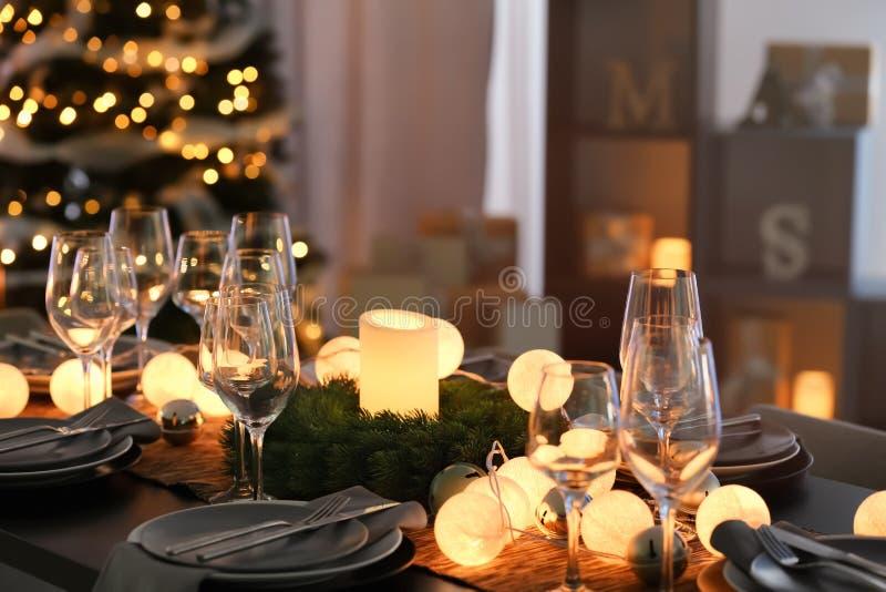 为圣诞晚餐服务的表 免版税库存图片