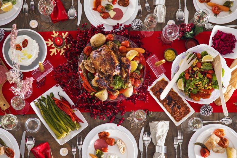为圣诞晚餐服务的表 库存图片