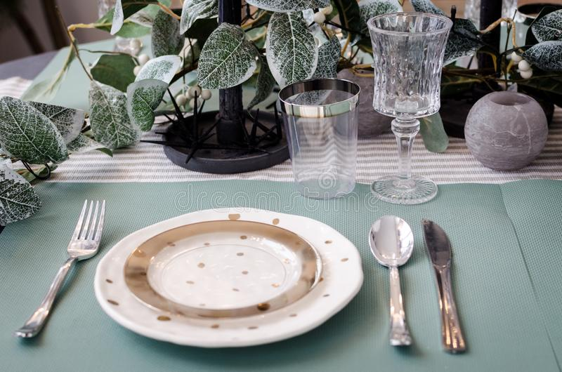 为圣诞晚餐服务的表 图库摄影