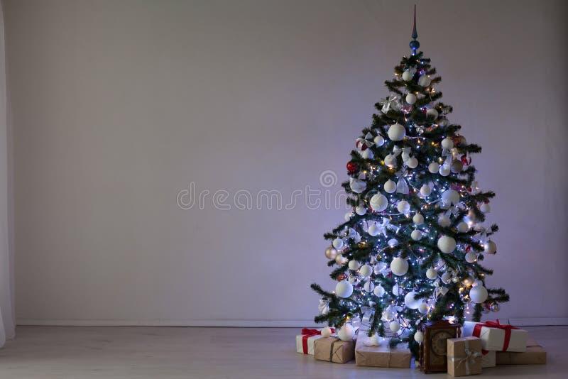 为圣诞节圣诞树礼物装饰的室 库存照片