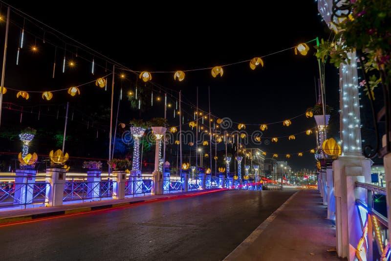 为圣诞节在暹粒市恰好装饰的夜桥梁 免版税库存照片