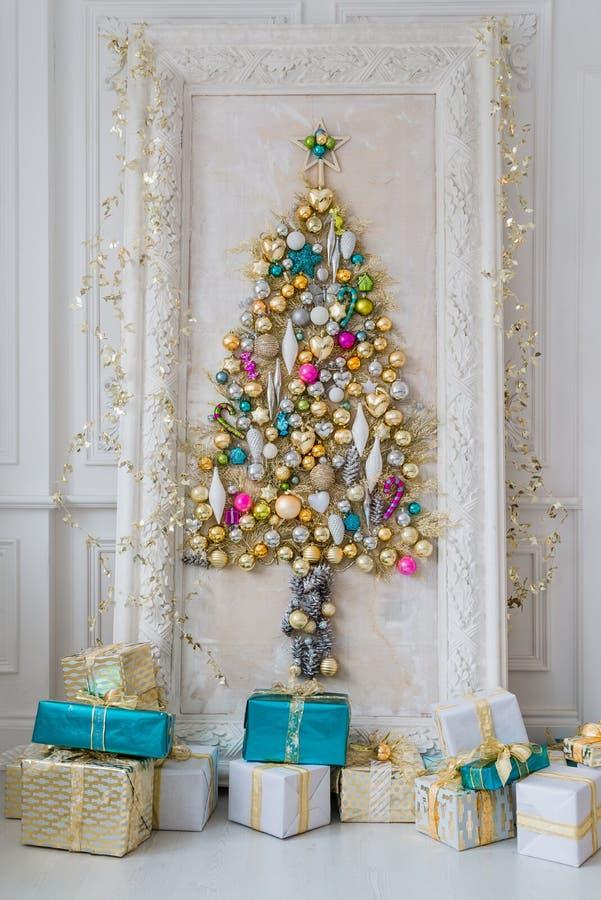 为圣诞节装饰的美丽的内部客厅 与树的大镜子框架由球和玩具制成 免版税库存照片