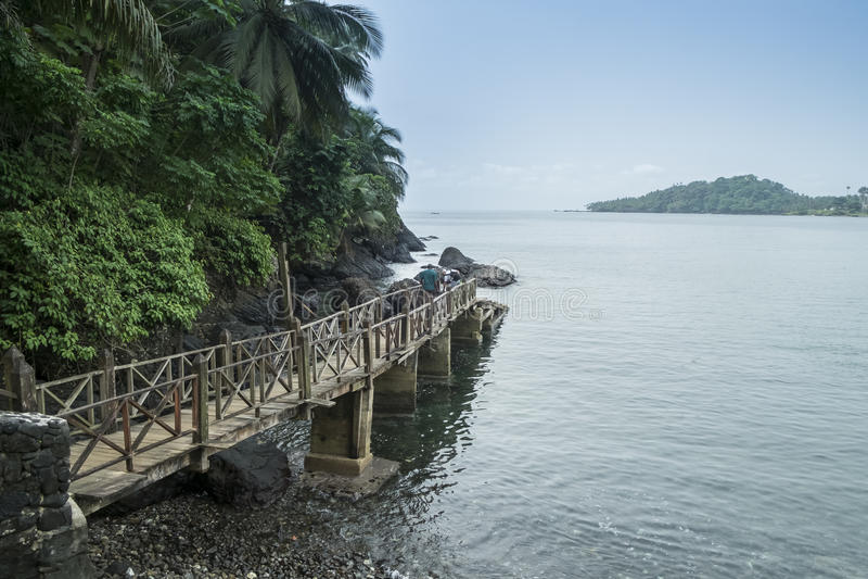 为在圣多美非洲的热带海岛上的小船端起 图库摄影