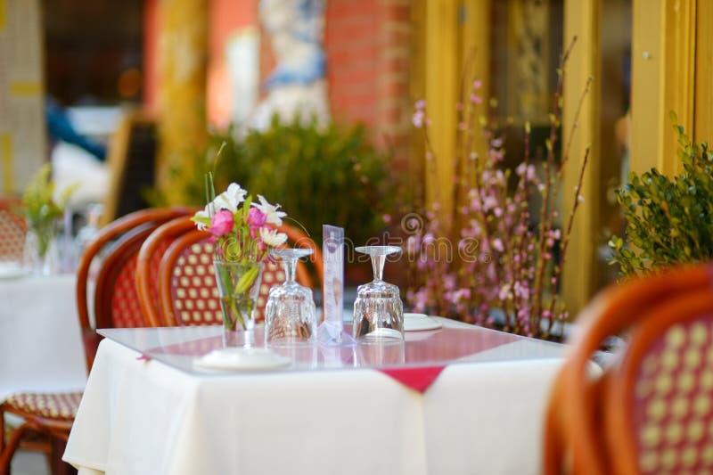 为在室外咖啡馆的晚餐布置的小桌在一点意大利邻里在街市曼哈顿,纽约 图库摄影