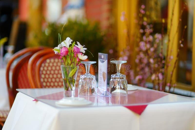 为在室外咖啡馆的晚餐布置的小桌在一点意大利邻里在街市曼哈顿,纽约 免版税库存照片
