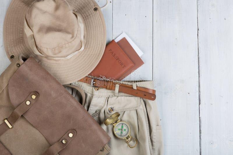为在徒步旅行队样式的旅途做准备,远足和背包徒步旅行者-辅助部件和旅行项目,包装在背包的衣裳:背包, 免版税库存照片