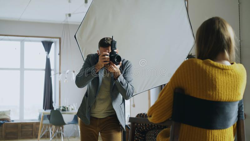 为在数字照相机的专业摄影师模型照相运作在照片演播室 库存照片