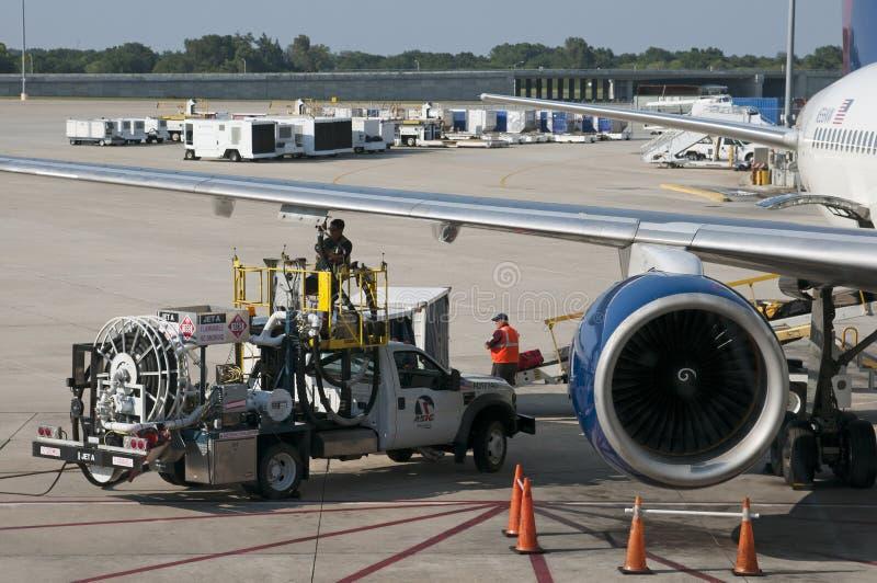为在机场围裙美国的一架喷气机服务 库存图片