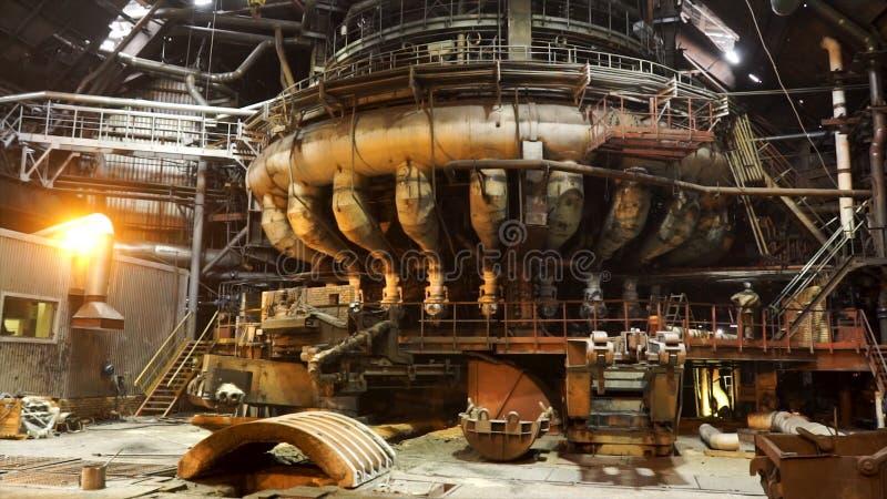 为在电炉的钢铁生产,重工业概念关闭  E 熔化炉在期间 免版税库存照片
