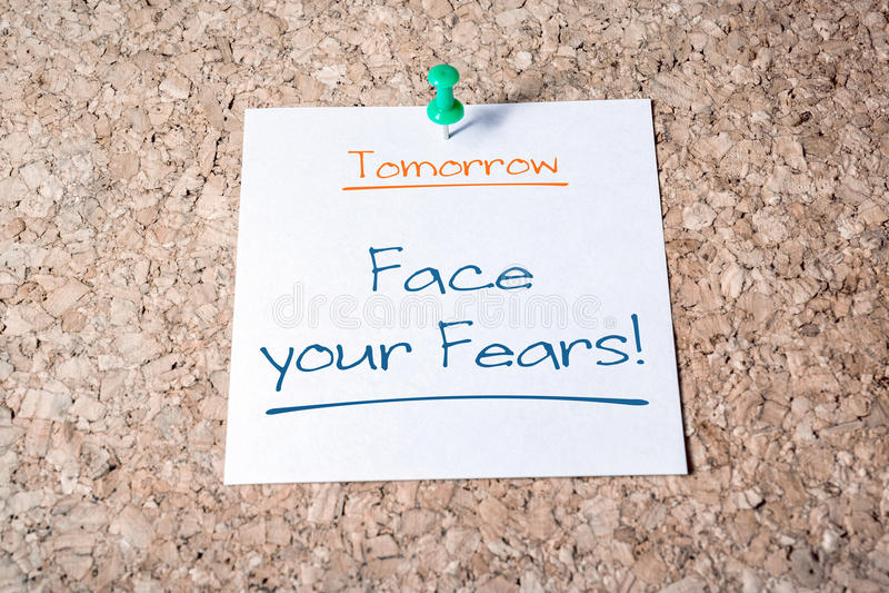 为在黄柏板别住的纸的明天面对您的恐惧提示 免版税库存照片