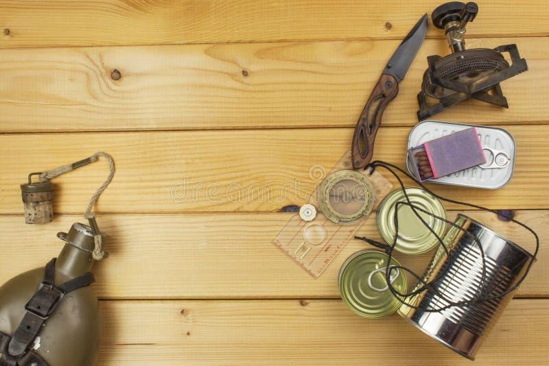 为夏天野营做准备 为一次史诗冒险需要的事 野营的设备销售  免版税图库摄影