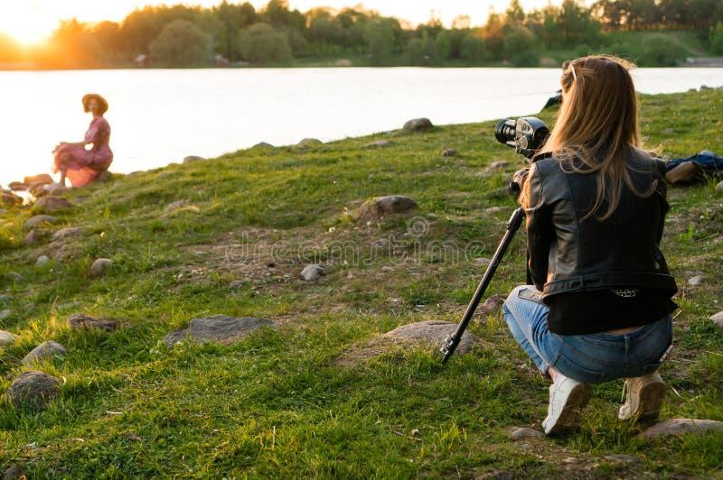 为妇女照相的妇女 免版税库存图片