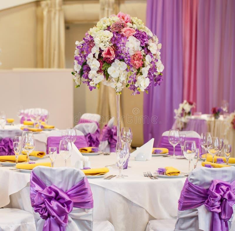 为婚姻或另一顿承办宴席的事件晚餐布置的表 免版税库存照片