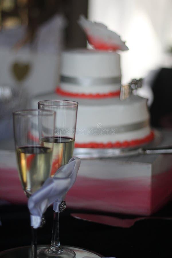为婚姻的recpetion和敬酒glassed的婚宴喜饼 免版税库存图片