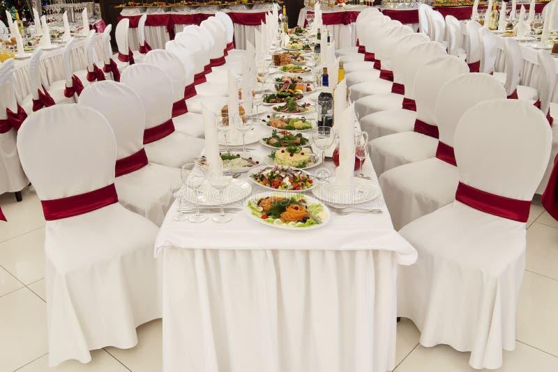 为婚礼装饰的餐馆宴会厅 免版税图库摄影