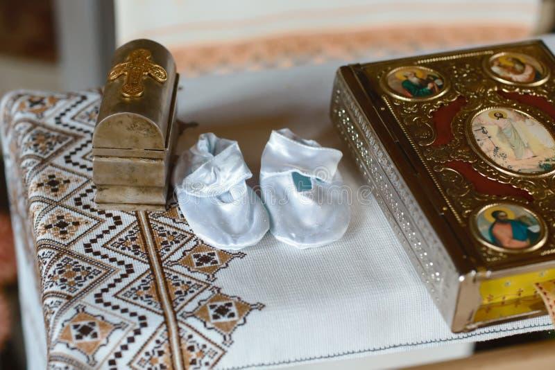 为婴孩洗礼的工具在教会里 天主教,基督教的概念 免版税库存照片