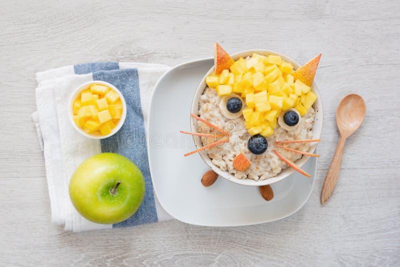 为孩子、燕麦粥粥用果子和绿色苹果用早餐 库存照片