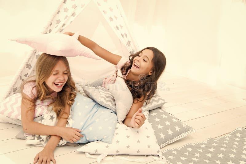 为孩子睡衣派对 有的女孩乐趣帐篷房子 少女休闲 姐妹获得份额的闲话乐趣在家 ?? 库存照片