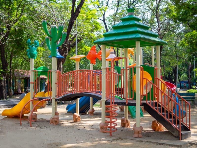 为孩子设置的大五颜六色的操场玩具在公园 免版税库存照片