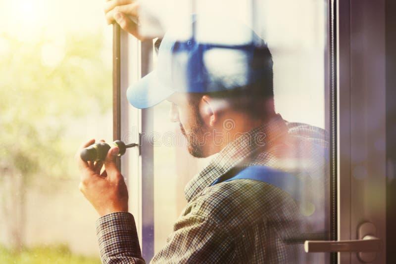 为安装窗口的人服务 库存照片